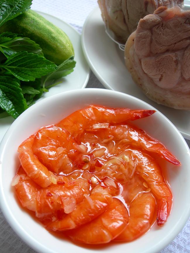 Thưởng thức tôm chua thịt luộc